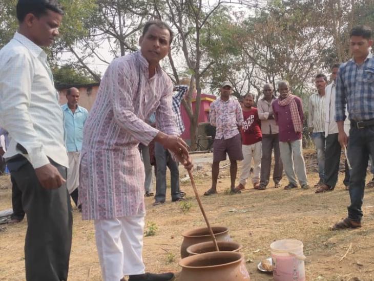 सुदामा अलग-अलग गांवों में जाकर बीज कलेक्ट करते हैं और वहां के किसानों को बीज बचाने की ट्रेनिंग भी देते हैं।