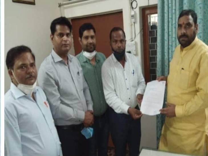 लखनऊ में सांसद कौशल किशोर को दिया ज्ञापन, प्रमोशन और वेतन विसंगतियों को लेकर कर रहे आंदोलन|लखनऊ,Lucknow - Dainik Bhaskar
