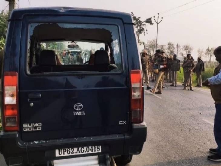 आक्रोशित ग्रामीणों ने पुलिस की गाड़ी पर किया था पथराव।