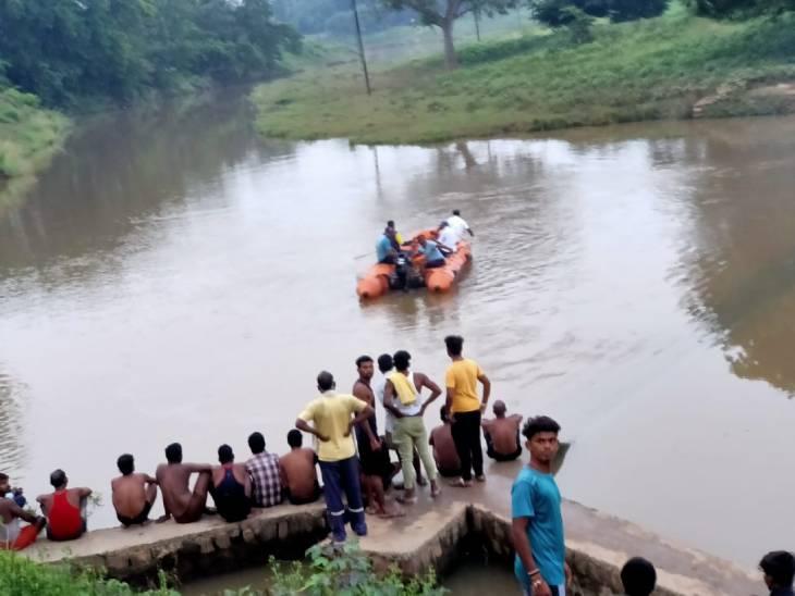 रीवा जिले में दो चचेरे भाइयों की 17 घंटे बाद नदी ने उगली लाश, एक दूसरे को बचाने के चक्कर में डूबे थे दोनों रीवा,Rewa - Dainik Bhaskar