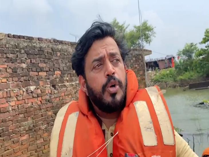 बाढ़ प्रभावित इलाकों का किया दौरा, निषाद वोट बैंक बनकर उभरी संध्या से भी की मुलाका; बोले- 'आप पढ़ाई करो, नौकरी की जिम्मेदारी मेरी'|गोरखपुर,Gorakhpur - Dainik Bhaskar