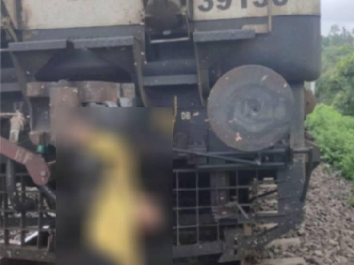 कर्नाटक एक्सप्रेस के इंजन पर लटके शव के साथ 4 KM तक दौड़ती रही; पत्थरों की आवाज आने पर ड्राइवर ने रोकी ट्रेन, तब पता चला|खंडवा,Khandwa - Dainik Bhaskar