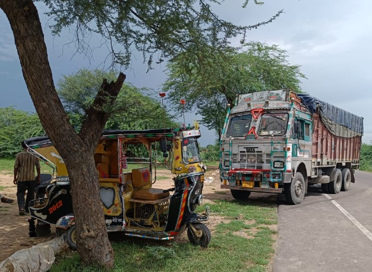 लाडनूं मेगा हाइवे पर ट्रक ने सवारी टेंपो को मारी टक्कर, महिला सहित 2 को किया रेफर; ब्लाइंड मोड़ के चलते हुआ हादसा नागौर,Nagaur - Dainik Bhaskar