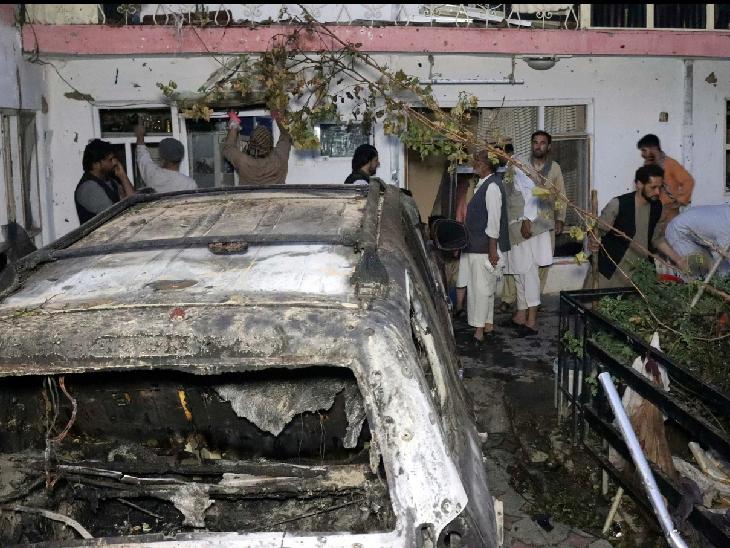 अमेरिका ने ड्रोन से इस कार पर निशाना लगाया था।  हमले में बच्चों समेत 10 लोगों की मौत हुई थी। - Dainik Bhaskar