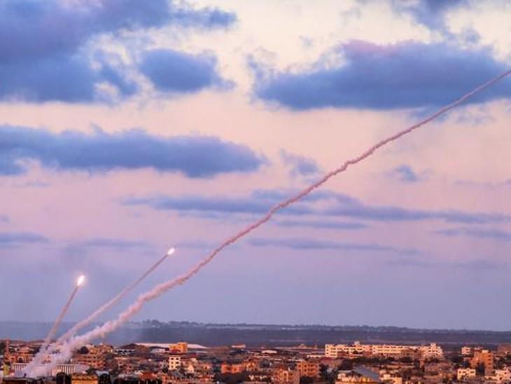 हमास के आतंकी जैसे ही इजराइल में रॉकेट हमला करते हैं, इजराल का डिफेंस सिस्टम आयरन डोम उन्हें हवा में ही नष्ट कर देता है।