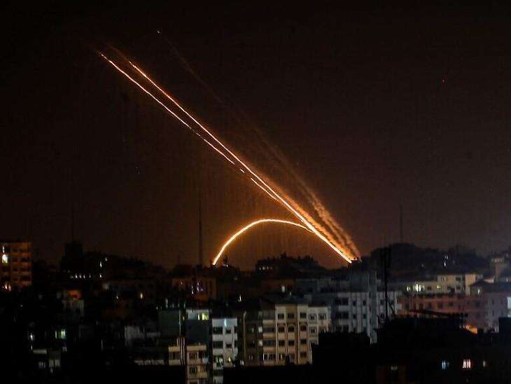हमास ने इजराइल पर रॉकेट दागे, आयरन डोम ने हवा में ही मार गिराए; स्कूल और मस्जिद के पास बनी लॉन्चिंग साइट तबाह की|विदेश,International - Dainik Bhaskar