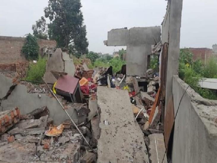 धमाके के बाद धाराशाई हुईं धर की दीवारें।