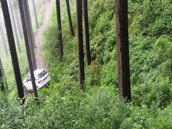 बंजार के बाहू में सड़क से 50 फीट नीचे गिरी कार; माथा टेक लौट रहे MLA ने ली लिफ्ट, घायलों को राहगीरों ने पहुंचाया अस्पताल|शिमला,Shimla - Dainik Bhaskar