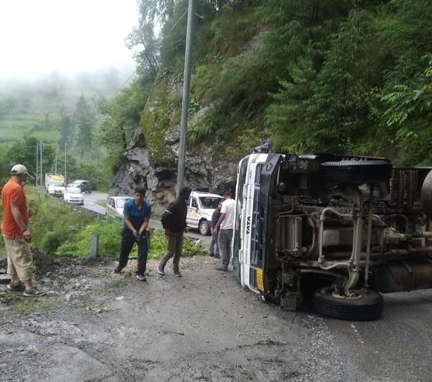 अछरू देवता के पास अनियंत्रित होकर पलटा ट्रक; दोपहर तक भी बहाल नहीं हुआ रास्ता, स्थानीय लोगों समेत पर्यटकों को परेशानी|शिमला,Shimla - Dainik Bhaskar