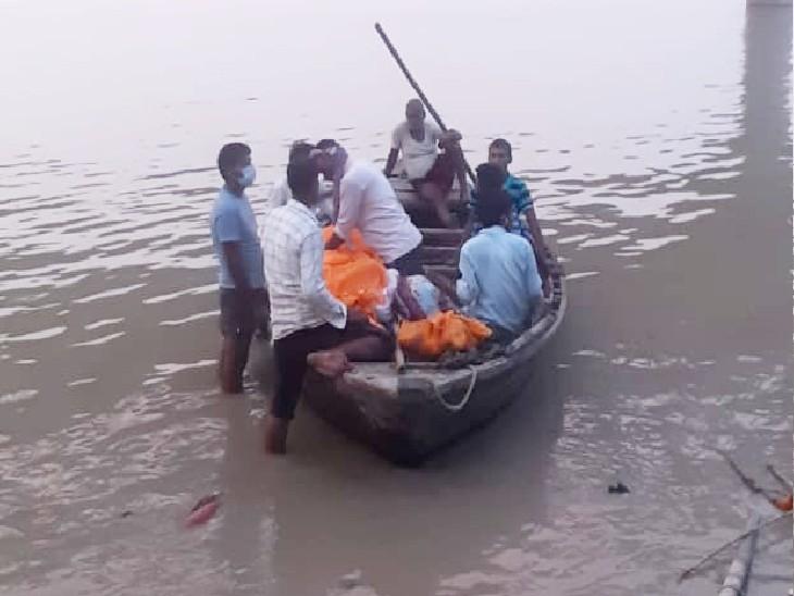 प्रशासन ने जिम्मेदारी से मुंह मोड़ा तो जलप्रवाह के नाम पर गंगा में बहाए जा रहे शव; किसी ने परंपरा तो किसी ने संवेदना को कारण बताया|बिहार,Bihar - Dainik Bhaskar