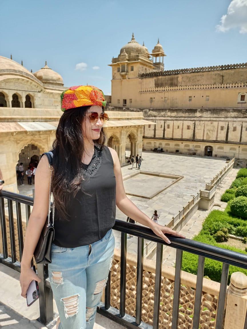राजस्थान के आमेर फोर्ट में जिंदगी एज़ॉय करती महिला