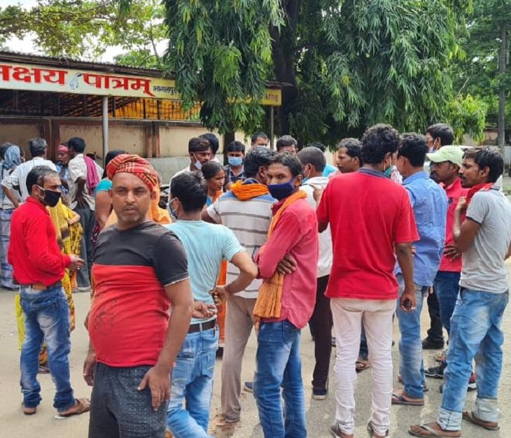 परिजनों ने अस्पताल में हंगामा भी किया, जिसके बाद लगी भीड़।
