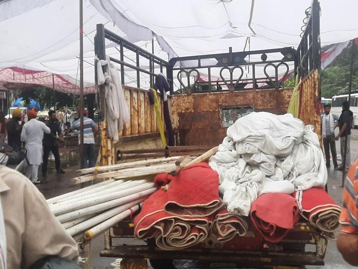 जिला सचिवालय पर धरने के लिए लगे टेंट उखाड़ने के बाद गाड़ी में लदा सामान।