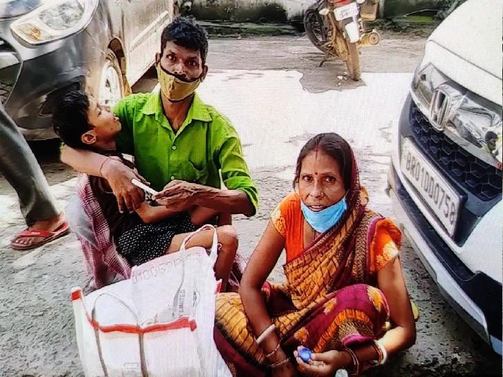 बुखार से तप रहे बच्चों को गोद में लेकर भटक रहे परिजन, इलाज तो दूर मरीजों को ट्रॉली तक नहीं मिल पा रही|बिहार,Bihar - Dainik Bhaskar