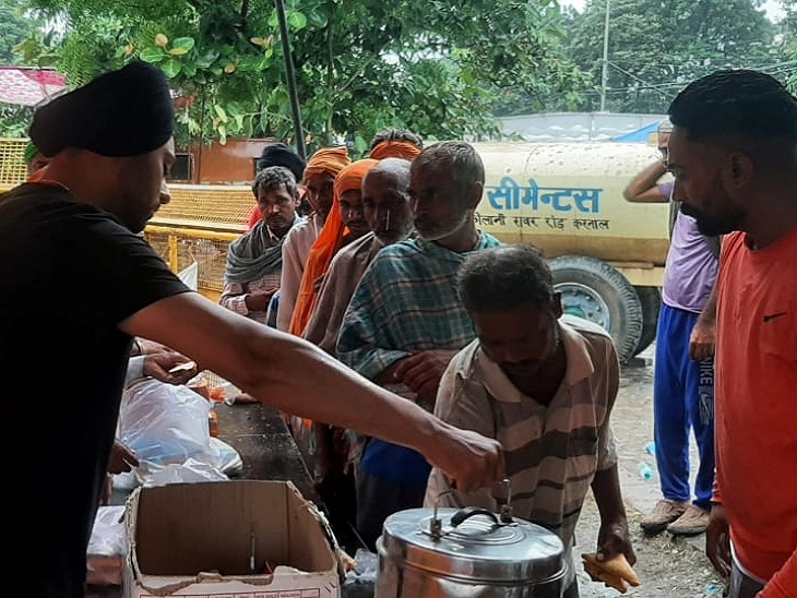 किसानों को चाय और नाश्ता वितरित करते संस्था के सदस्य।
