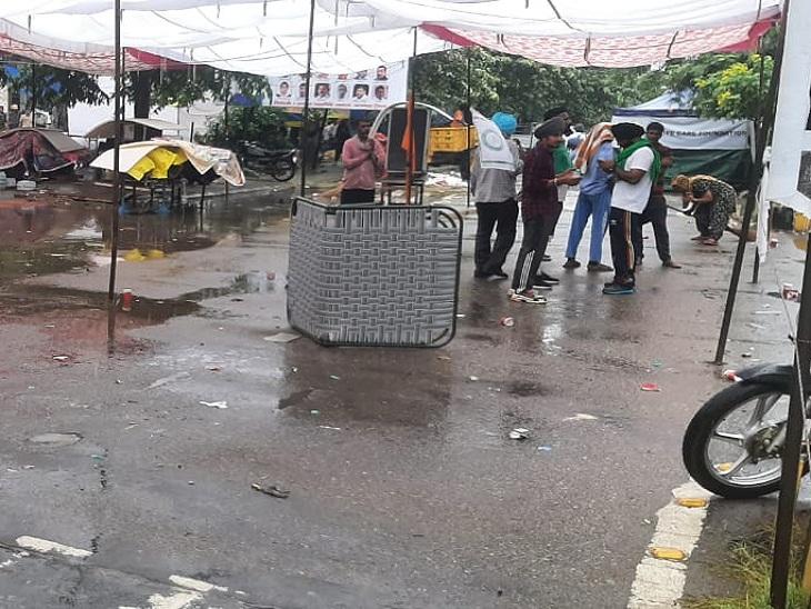 बारिश होने से अस्त व्यस्त हुआ किसानों का टेंट।