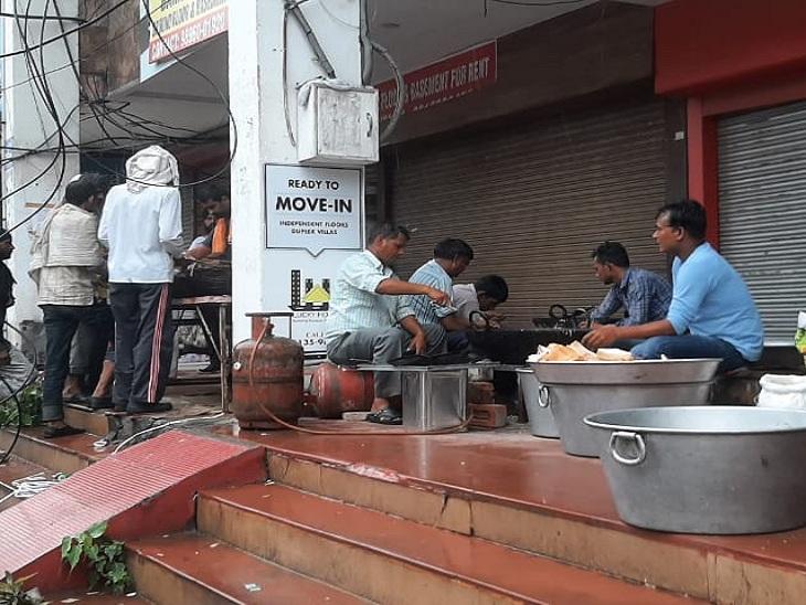 किसानों के लिए बरामदे में बैठकर नाश्ता बनाते लोग।