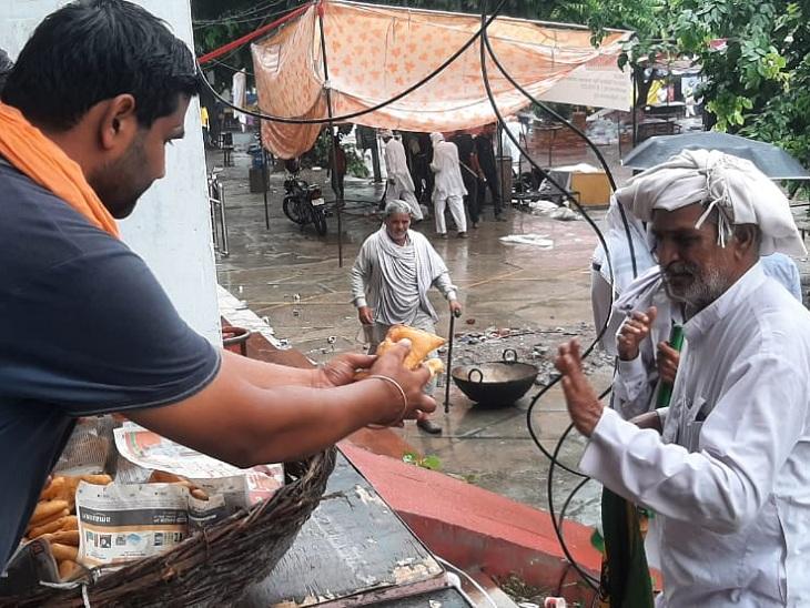 किसानों को नाश्ता वितरित करते संस्था के सदस्य।