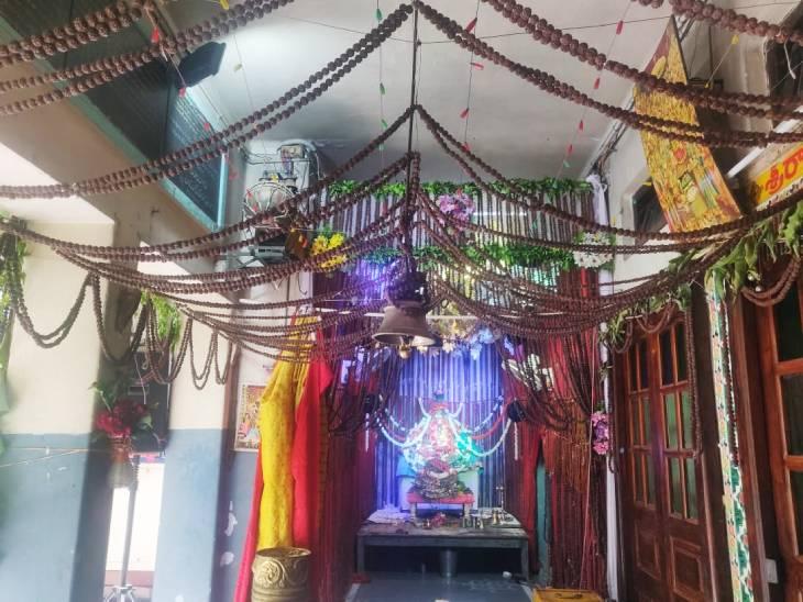वाराणसी के श्री राम तारक आंध्र आश्रम में रुद्राक्ष के पंडाल में पंचधातु से बने गणेश भगवान।