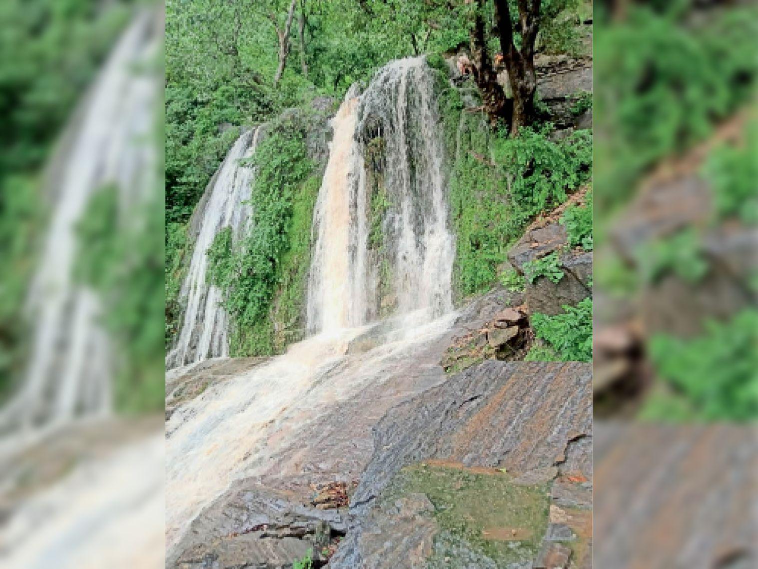 डेढ़ माह बाद फिर से चला गोरमघाट का झरना, वीकेंड पर रहेगा पर्यटकों का बूम राजसमंद,Rajsamand - Dainik Bhaskar