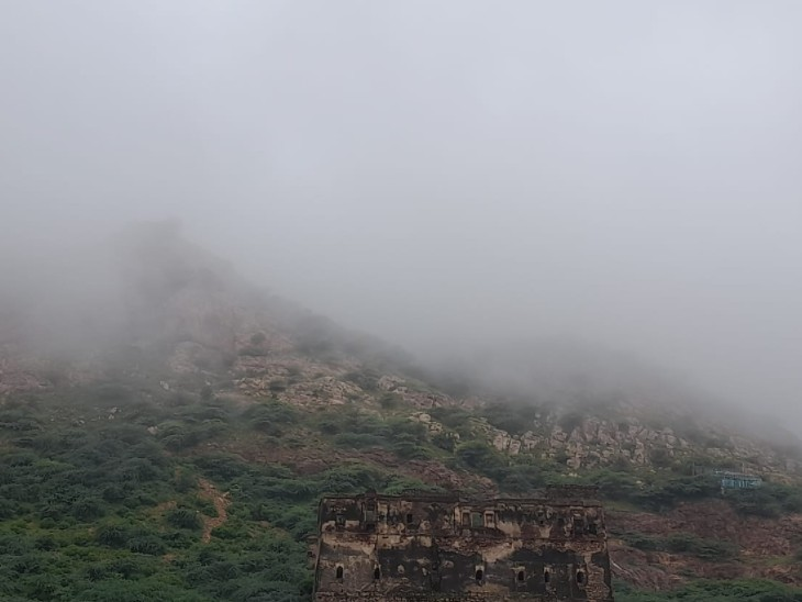 विजयगढ़ पहाड़ी बादलों की चादर ओढ़े। - Dainik Bhaskar