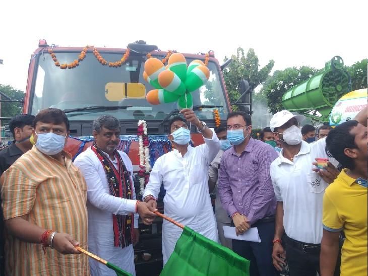 नगर निगम के वाहनों और जिला पंचायत में स्वच्छता वाहन को हरी झंडी दिखाकर रवाना करते प्रभारी मंत्री।