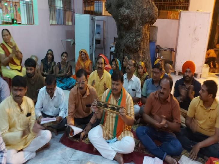 हनुमान मंदिर में चल रहे सुंदरकांड पाठ के दौरान  झीका बजाते हुए नजर आए ऊर्जा मंत्री प्रद्युम्न सिंह तोमर। - Dainik Bhaskar