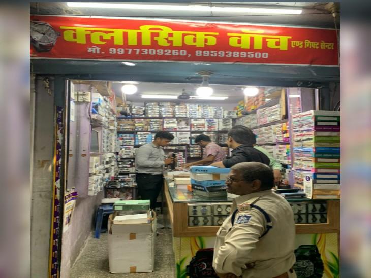 बाड़ा स्थित क्लासिक  वॉच कंपनी पर कार्रवाई करती पुलिस की टीम। - Dainik Bhaskar