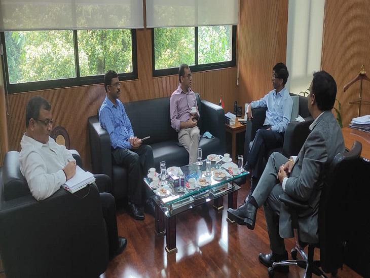 चर्चा करते प्रमुख सचिव टेक्निकल, IIT कानपुर निदेशक, एचबीटीयू वीसी और अन्य प्रोफेसर - Dainik Bhaskar