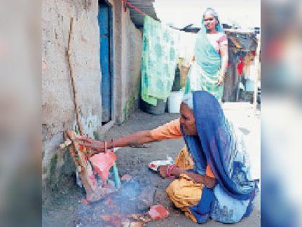 शहर से लगे सूरजपुरा में हल का पूजन करती महिला। - Dainik Bhaskar