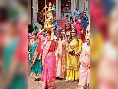 सिर पर कलश लेकर चलती महिलाएं। - Dainik Bhaskar