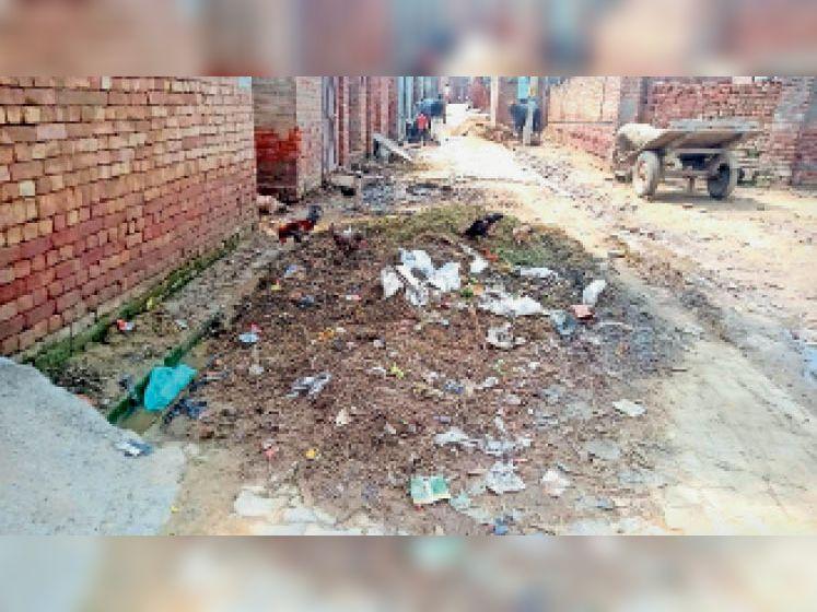 भूना। वार्ड नंबर 4 की मुख्य सड़क पर लगा कचरे का ढेर। - Dainik Bhaskar