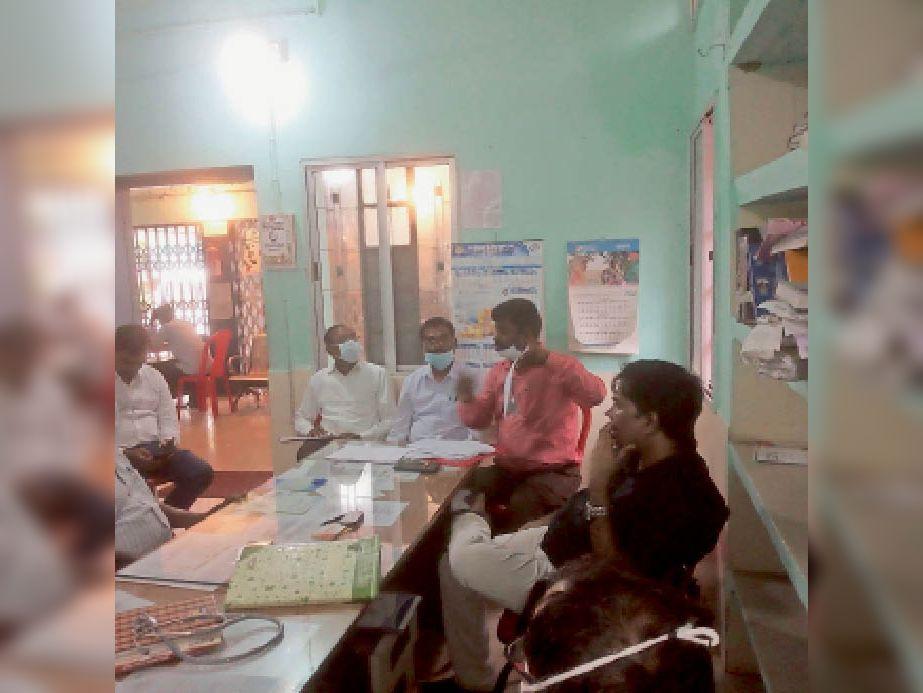 स्वास्थ्यकर्मियों के साथ बैठक करते डॉ. मिश्रा। - Dainik Bhaskar