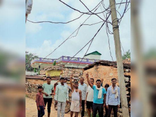 कुड़गांव  तमोलीपुरा गांव में घर व रास्तों के ऊपर झूलते बिजली के तार। - Dainik Bhaskar