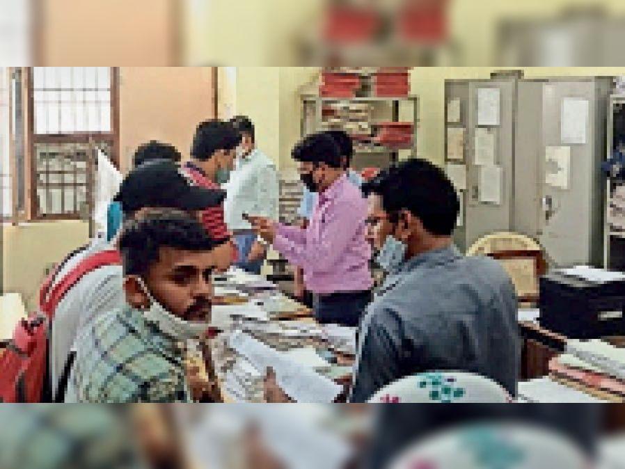 केयू परीक्षा शाखा में परीक्षा परिणाम के बारे में जानकारी लेते विद्यार्थी। - Dainik Bhaskar