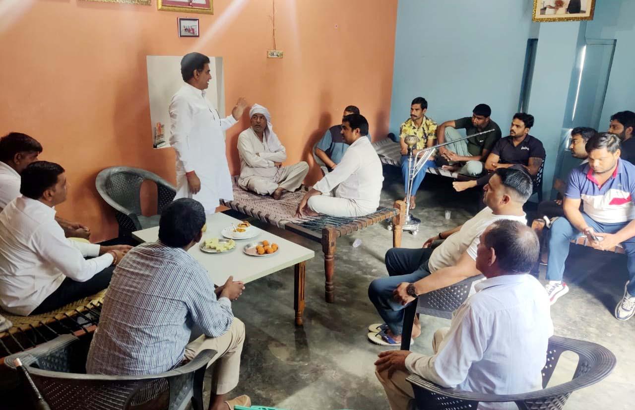 फरीदाबाद। नीमका में हुई बैठक में पूर्व विधायक ललित नागर ने कहा कि भाजपा किसानों को केवल वोट बैंक के रूप में इस्तेमाल करती है। - Dainik Bhaskar