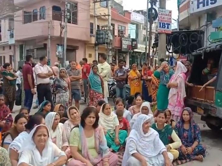 जालंधर में परिजनों का रोड जाम कर प्रदर्शन, कहा : ASI ने धमकाकर धक्का मारा, नीचे गिरने से सिर पर चोट लगी और मौत हो गई जालंधर,Jalandhar - Dainik Bhaskar