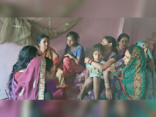 किसनपुर में घटना के बाद शैलेश के घर विलाप करते परिजन। - Dainik Bhaskar