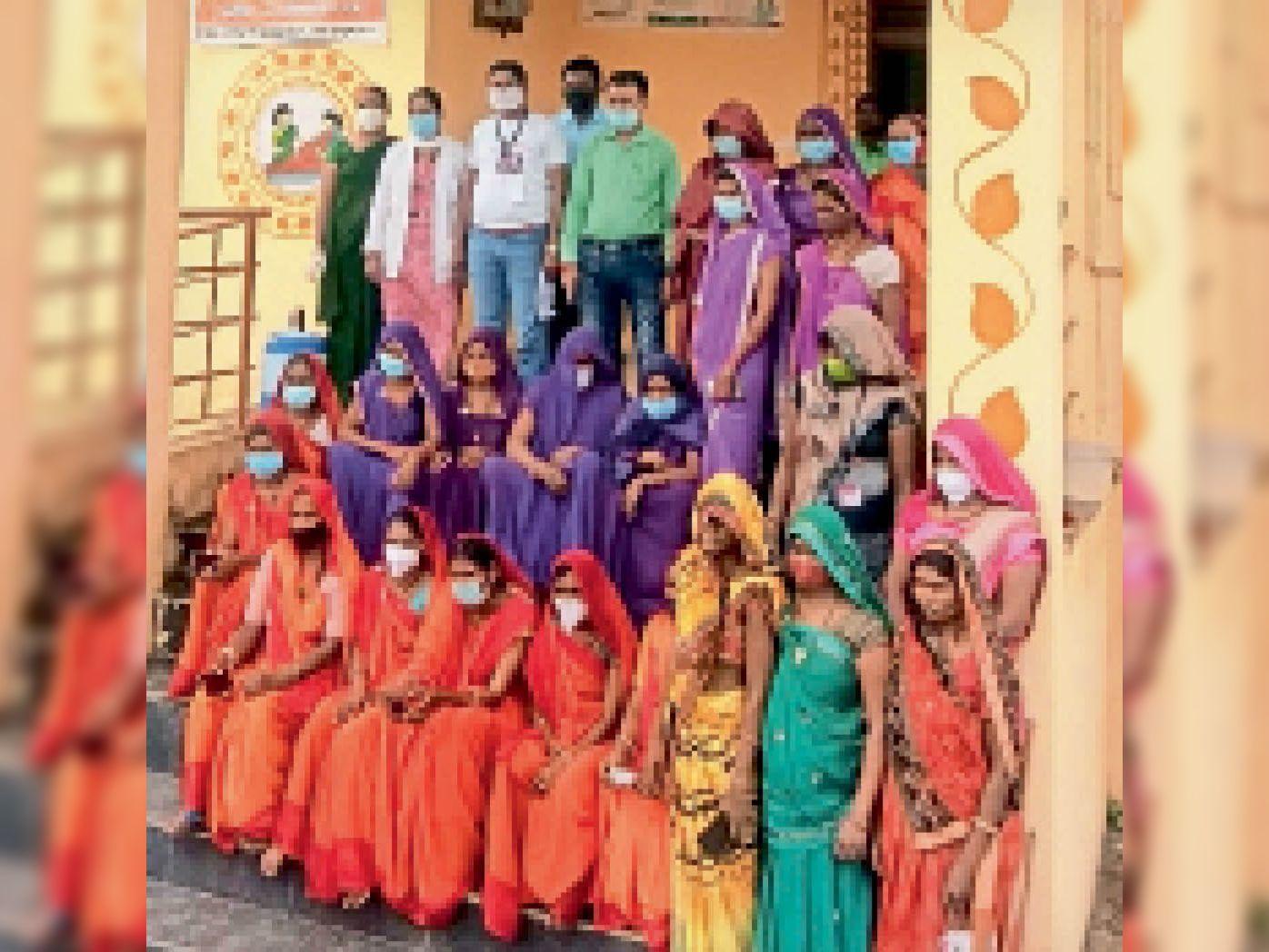 ग्राम पंचायत मठमठ में पहला डोज का लक्ष्य पूरा करने के बाद टीम। - Dainik Bhaskar