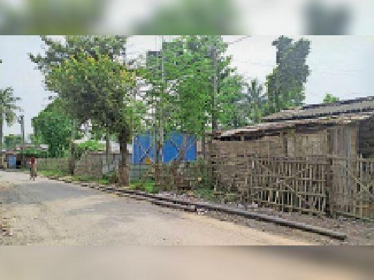 बुधामा में सड़क के किनारे पड़ी जलापूर्ति की पाइप। - Dainik Bhaskar