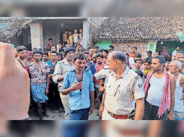 बलहमपुर गांव से पकड़े गए फर्जी उत्पाद इंस्पेक्टर को ले जाती पुलिस। - Dainik Bhaskar