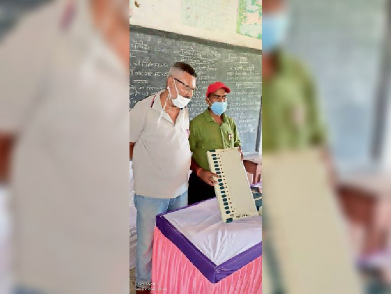 पंचायत चुनाव को लेकर ईवीएम की जानकारी देते प्रशिक्षक। - Dainik Bhaskar