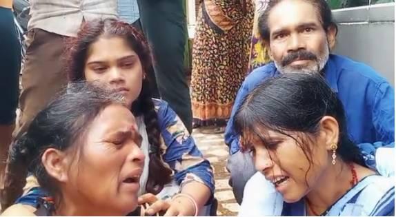 मौत के बाद परिजन शव के लिए अस्पताल के बाहर बैठे रहे। - Dainik Bhaskar