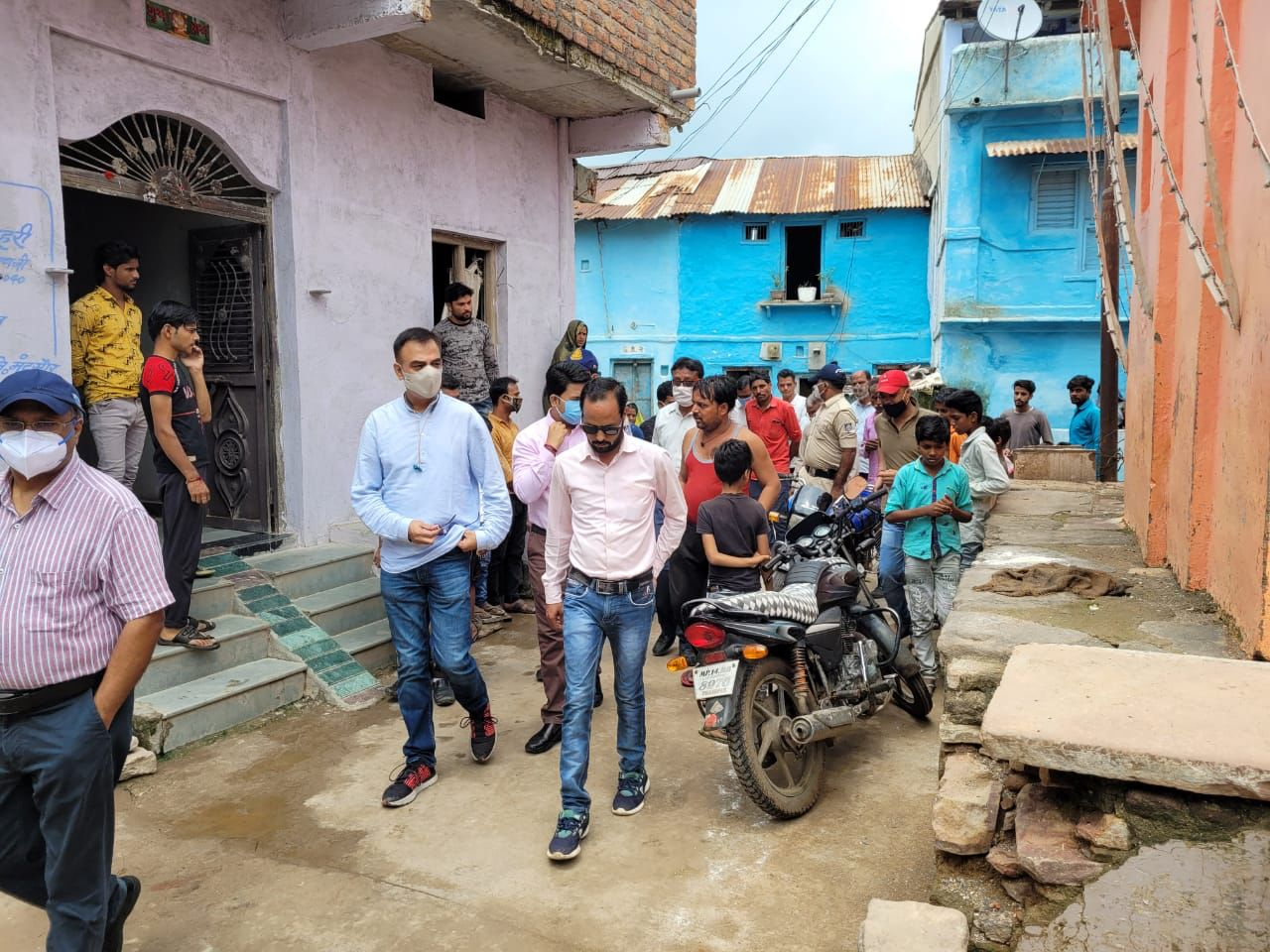 मदारपुरा में लार्वा की जांच करने जाते कलेक्टर व अन्य अधिकारी। - Dainik Bhaskar