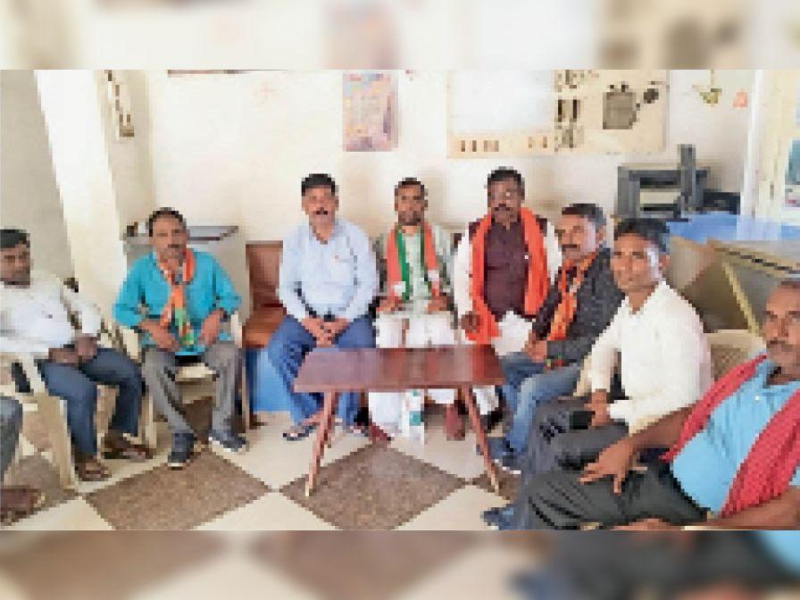 कार्यकर्ताओं से बातचीत करते अजजा मोर्चा के प्रदेश उपाध्यक्ष। - Dainik Bhaskar