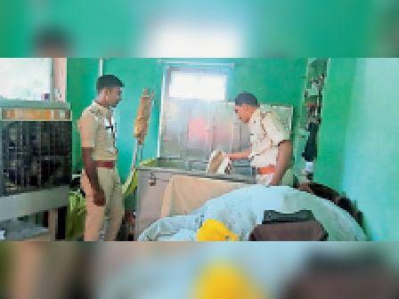 घटना की जांच करती पुलिस। - Dainik Bhaskar