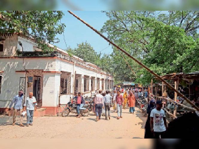 पंचायत चुनाव को लेकर अनुमंडल कार्यालय में की गयी बैरिकेडिंग। - Dainik Bhaskar