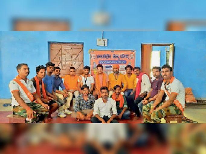 रविवार को आयोजित बैठक में मौजूद संगठन के लोग। - Dainik Bhaskar