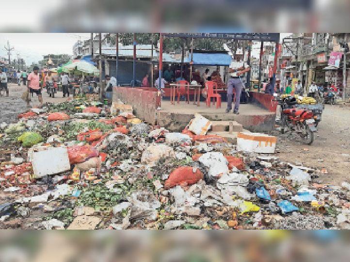 शंकर चौक पर जमा कचरे का ढेर, जो सड़कर बदबू दे रहा है।