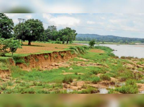 नदी के किनारे हो रहा मिट्टी कटाव। - Dainik Bhaskar